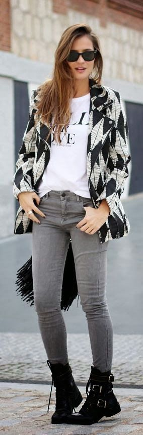 Calças cinzentas + camisola branca + casaco branco e preto + botas pretas
