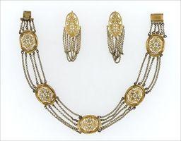 Parures et bijoux des musées nationaux de Malmaison et du palais de Compiègne, notice - Demi-parure en laiton doré (collier et pendants d'oreilles)