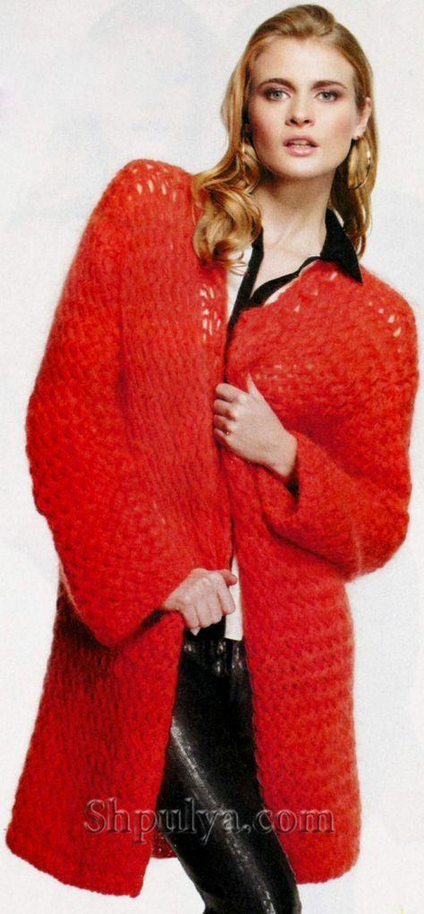 Красное пальто прямого силуэта, вязаное спицами