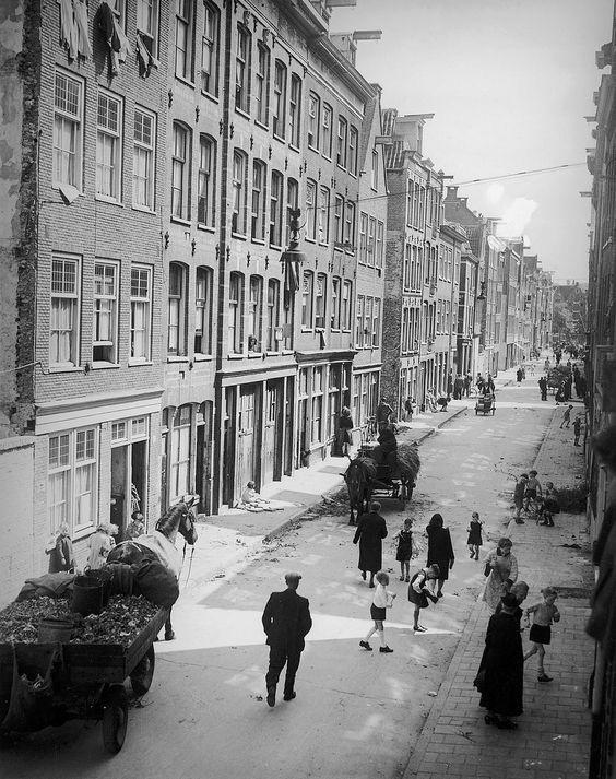 1946. Een blik in de Goudsbloemstraat in de Jordaan van Amsterdam. Foto collectie AHF Amsterdam