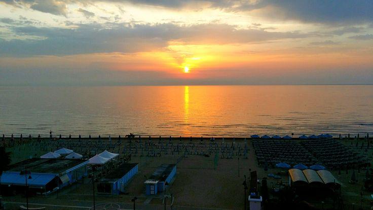 #sunrise #vastomarina #chieti #abruzzo #sea #mare #spiaggia #beach #boat #ombrelloni #sun #sky #amazing #wonderful #beatiful #goodday #morning #immobiliarecaserio #exclusiveproperty