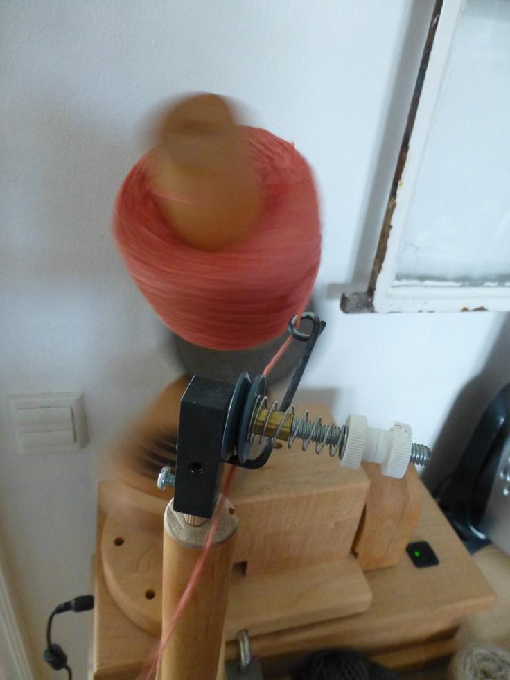 Har man garn må man også have en garnvinder. Min er af den elektriske slags og købt hos www.garnudsalg.dk