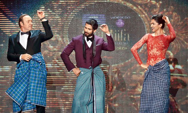 Kevin Spacey Lungi Dance with Deepika Padukone at IIFA