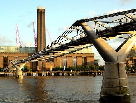 La Tate Modern di Londra racchiude una delle maggiori collezioni d'arte contemporanea al mondo. Da Lucio Fontana a Roy Lichtenstein, fino a Cy Twombly e Matisse. http://www.marcopolo.tv/regno-unito/tate-modern-guida-londra