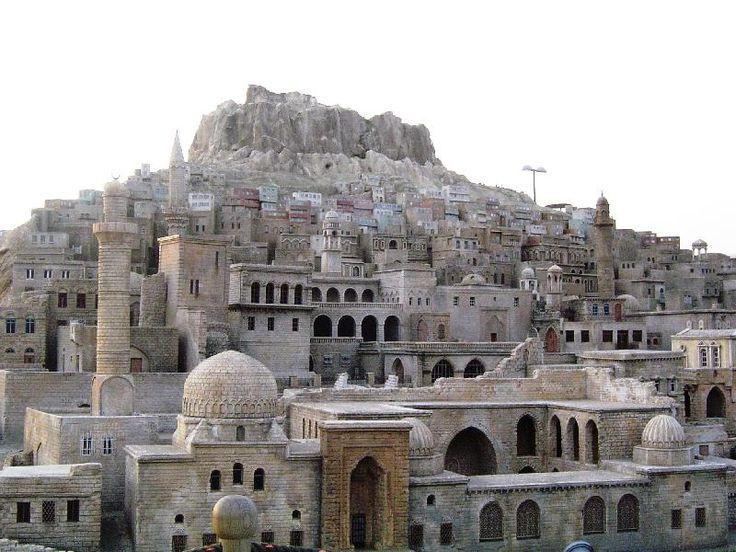 """Doğal yapı ile insan etkileşimi sonucu ortaya çıkan taş mimarisinin benzersiz dini ve geleneksel yapılarını barındıran Mardin, bir ortaçağ kenti görünümüyle """"kültürel peyzaj alanı"""" olarak UNESCO Dünya Miras Listesi'ne önerilmektedir.Mardin Kültürel Peyzaj Alanı (Mardin)"""