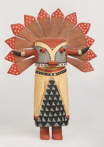 Kachina SIO SHALAKO Hopi (Arizona), circa 1970 Les plumes d'aigle couvrant le masque sont remplacées par une représentation stylisée en cottonwood. Cape blanche des esprits féminins. Tunique à l'imitation des plumes d'aigle. Hauteur : 29 cm. PROVENANCE: Ancienne collection Louis GIRAULT.