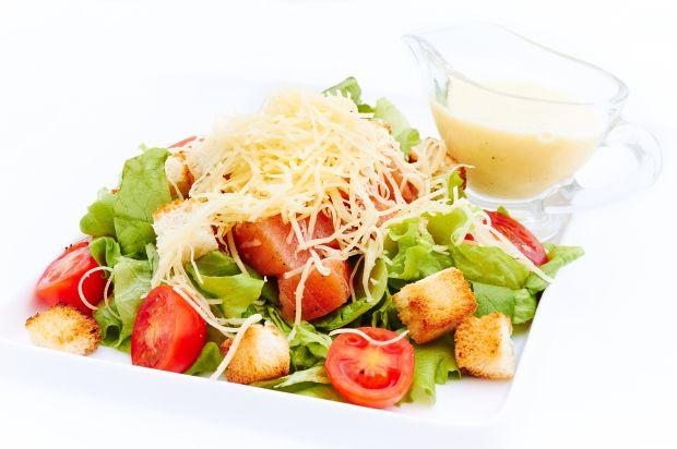 """Caesar"" salad with salmon (Салат ""Цезарь"" с сёмгой)"