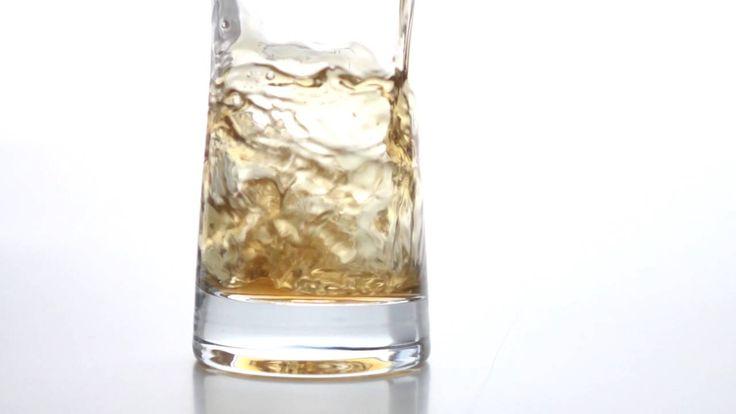 """Freunde, SodaStream hat jetzt auch ein Bier im Angebot! Das Zeug mit dem Namen """"Blondie"""" wird aus einem Bierkonzentrat gewonnen. So kann man also sein eigenes Bier machen, in dem man Mineralwasser auf den Bier-Sirup giesst. Fèr mich ist das eine Schändung von Sakrilegien. Das..."""