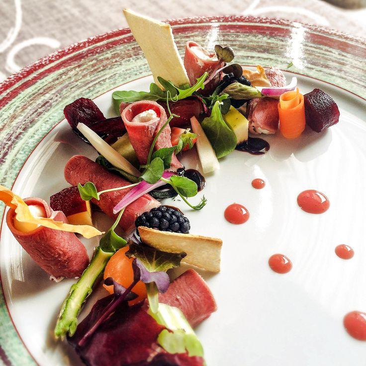 Cannolo di lingua con ricotta, frutta, verdura e balsamico