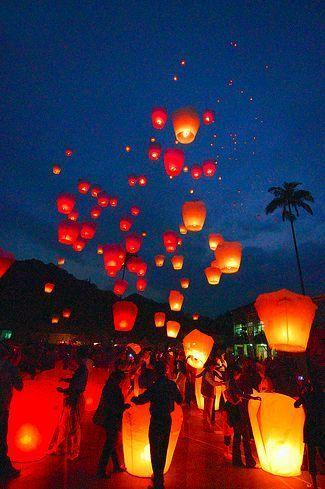 Chinese Wedding Lanterns - 17 Traditional Chinese Wedding Ideas, http://hative.com/traditional-chinese-wedding-ideas/,