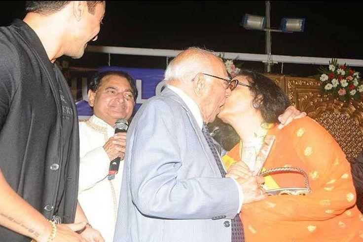Ram Jethmalani kisses yesteryear actress