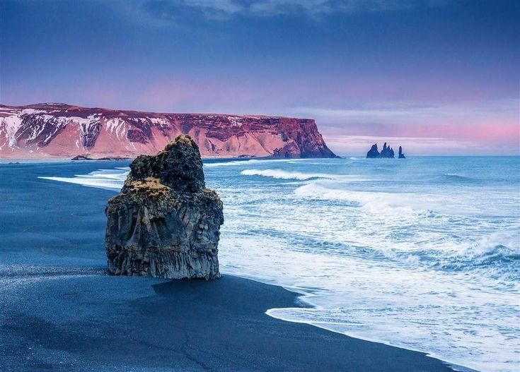 Costa de VÍk - ISLANDIA  Los agujas de basalto de Reynisdrangar –vistas desde el acantilado de Dyrhólaey– resisten el embate del mar.