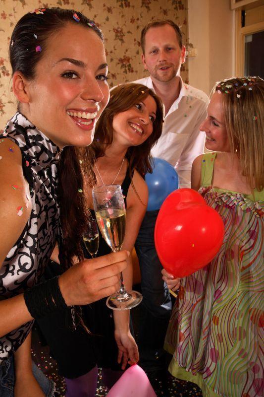 Cum sa te porti cand esti invitat la o nunta  Desi la o nunta atentia este indreptata catre miri, si invitatii au un rol  in cadrul acestui eveniment important.