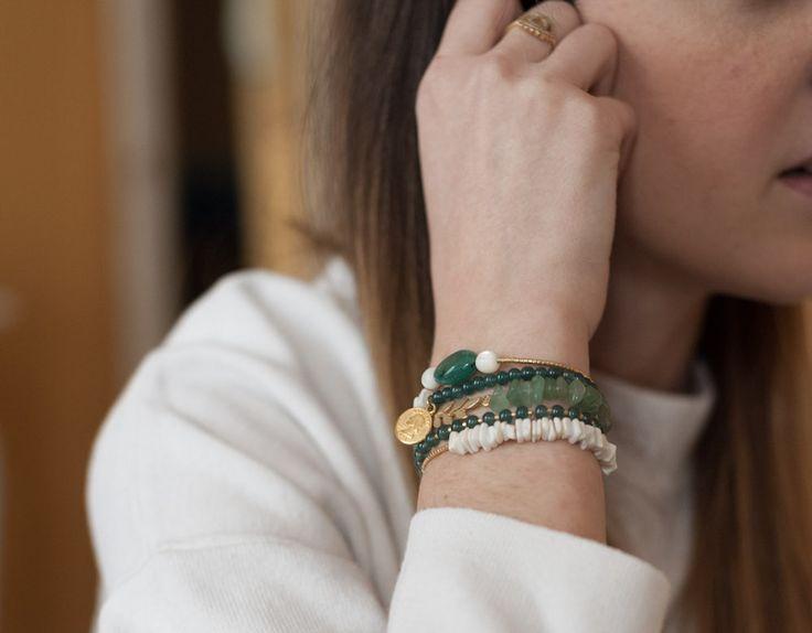 Je vous explique comment réaliser plusieurs bracelets grigris type arm candy avec des perles dans les tons blancs, dorés et vert !