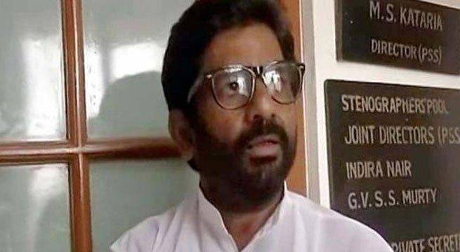 Mumbai: The Shiv Sena has given a shutdown call in Maharashtra's Osmanabad in support of MP Ravindra Gaikwad, who had assaulted an Air India employee on flight. Meanwhile, the Shiv Sena is likely to bring privilege motion in the Parliament on Monday over the issue of Gaikwad being put in...