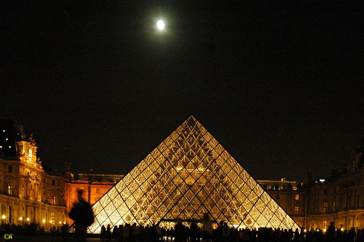Paris, Pyramide du Louvre  By Alain Chantelat
