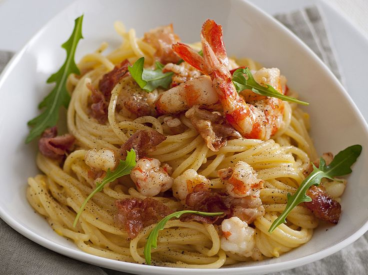 La classica ricetta degli spaghetti alla carbonara viene rivisitata aggiungendo la nota dolce delle mazzancolle. Un' appetitosa variante da provare