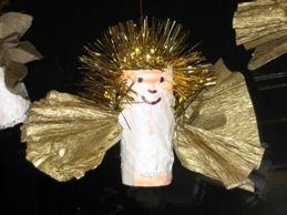jufjanneke.nl - Kerst  Engeltjes van een wc rol met een wit papier erom, laat een vierkant, goudkleurig crêpepapier in een waaier vouwen en steek dat door de wc rol heen. Het hoofd kan geverfd worden en een stuk slinger als haar, lijkt prachtig.
