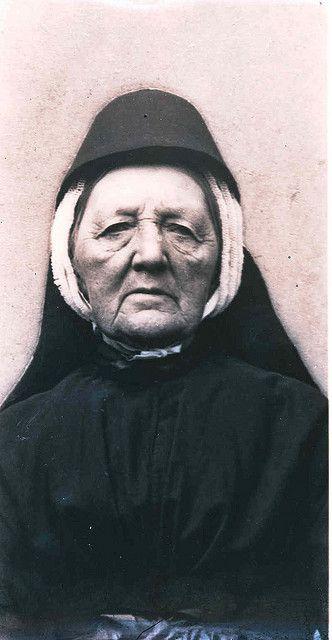De moeder van de fotograaf Tjalingius de Zeeuw, Itje de Boer, in Terschellinger klederdracht.