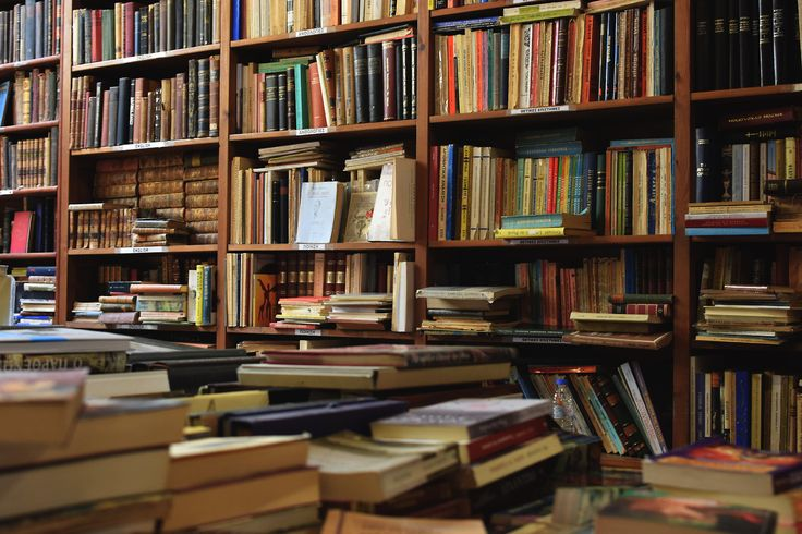 Οι κίτρινες σελίδες στα παλιά βιβλία, που πάντα περιμένουν στωικά στα ράφια για σένα. Που είναι εκεί, που θα είναι πάντα εκεί. 11:23pm Μοναστηράκι,Αθήνα.