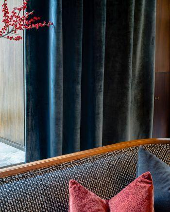 Sammetsgardin med tungt fall, gör sig lika som gardin, fondvägg eller draperi. Petrol är en mörkblå nyans med gröna inslag som ger ett lyxigt och klassiskt uttryck. Alla våra tyger vävs i Spanien, ett land med lång erfarenhet och bred kunskap inom textiltillverkning. Gardinerna är försedda med ett multiband som gör att upphängningen är universal. Det går lika bra att hänga dina gotain gardiner på gardinstång som i gardinskena med glid, fingerkrok eller ringar.