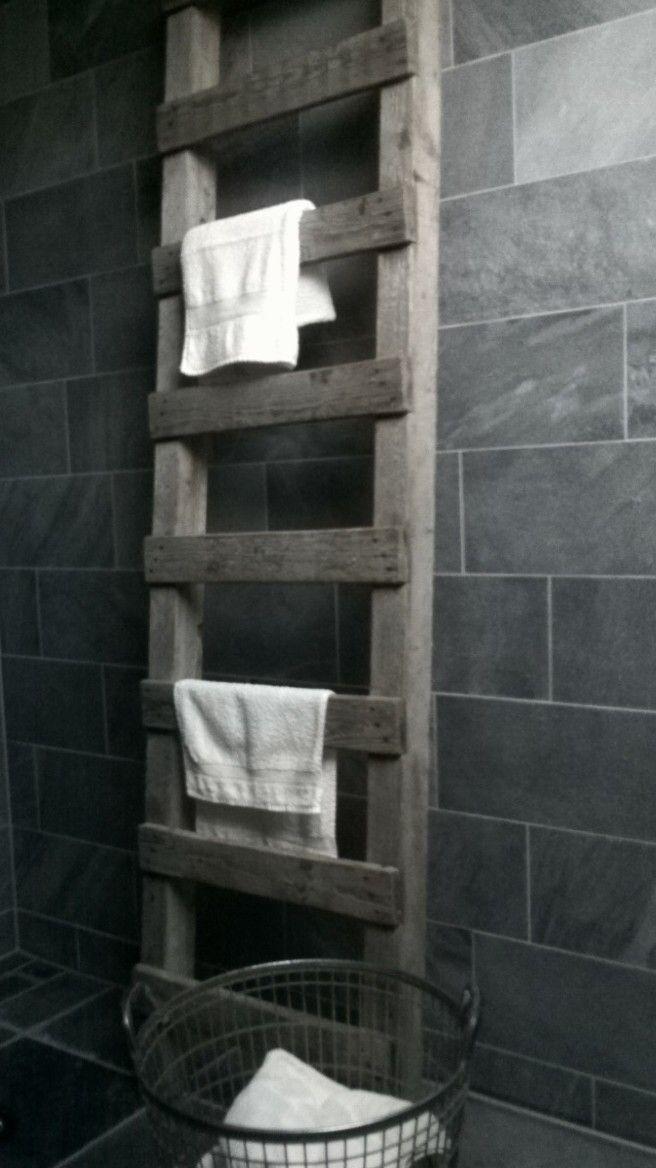 Robuuste oude ladder als handdoekrek, oude aardappelmand voor de was.
