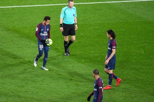 Venu au PSG pour être le numéro 1 d'une équipe désireuse de gagner la Ligue des Champions et lui permettre ainsi de soulever un jour le Ballon d'Or, Neymar a montré qu'il prenait cette destinée avec le...