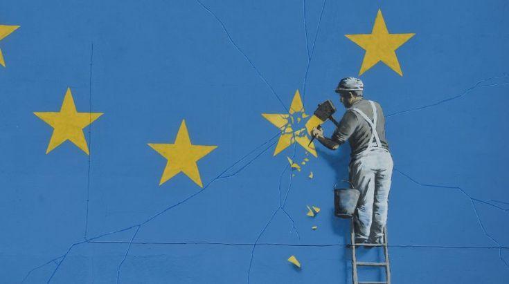 Die EU-Flagge misst mehrere Meter und erstreckt sich über eine ganze...