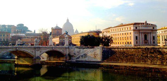 Watykan- widok z mostu na Tybrze w kierunku Państwa Watykańskiego, w tle widać kopułę Bazyliki św. Piotra