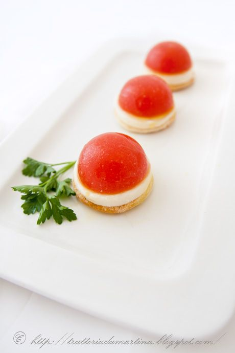 Mini capresi di mozzarella e gelée di pomodoro - Mozzarella cheese and tomato jelly