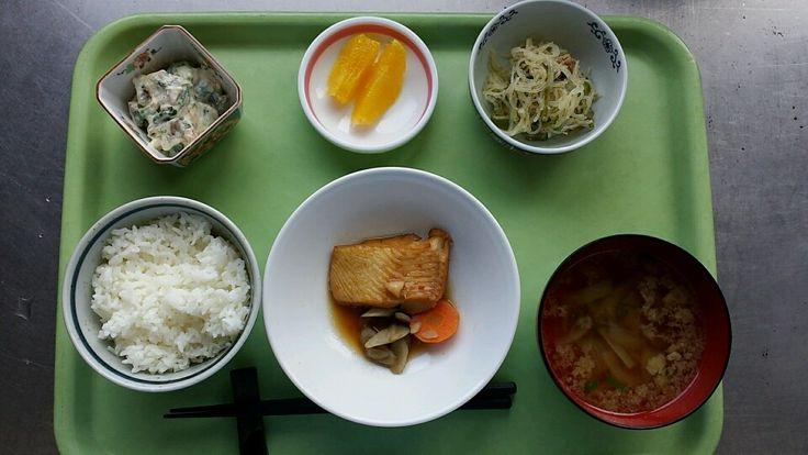 2月17日。魚の煮付け、春雨と豚ミンチの味噌炒め、ほうれん草の白和え、玉ねぎと揚げのすまし汁、ネーブルでした!魚の煮付けが特に美味しかったです!627カロリーです