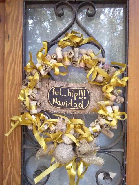 Corona navideña, en mi versión con arpillera, cinta dorada y coquitos de eucaliptus.