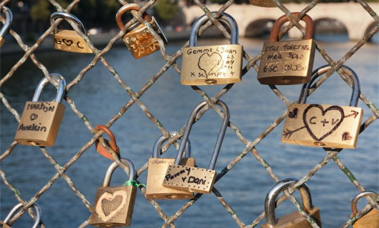 Auf dieser Brücke besiegeln Verliebte ihre Liebe mit einem Schloss das am Eisengitterzaun befestigt wird. Der Schlüssel wird anschließend in die Seine geworfen.Beste Reisezeit: Die beste Reisezeit für #Paris ist in den Monaten Mai, Juni, September und Oktober. Zu beachten ist, dass in den Modewochen im Januar und im Juli (Haute-Cotoure) als auch im März und Oktober (Pret-a-porter Shows) die Preise für die Hotel um einiges teurer sein können als in den restlichen Monaten.