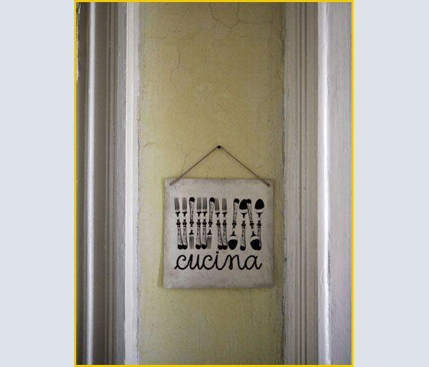 Un CARTELLO DI LATTA (da Fiorirà un giardino) segnala l'ingresso in CUCINA. Nella foto qui sopra, termosifone in ghisa con SCALDAVIVANDE  dei primi del '900, e sticker floreale a parete.