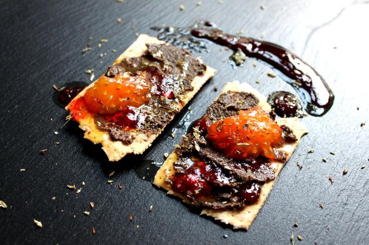 Regañás con paté de aceitunas negras, tomate y orégano.