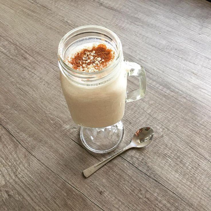 Breakfast! Appeltaart smoothie lekker en gezond! Het serveren in een leuke beker maakt het ook meteen veel leuker om te eten! Fijne maandag!  #breakfast #monday #apple #pie #smoothie #oats #yoghurt #healthy