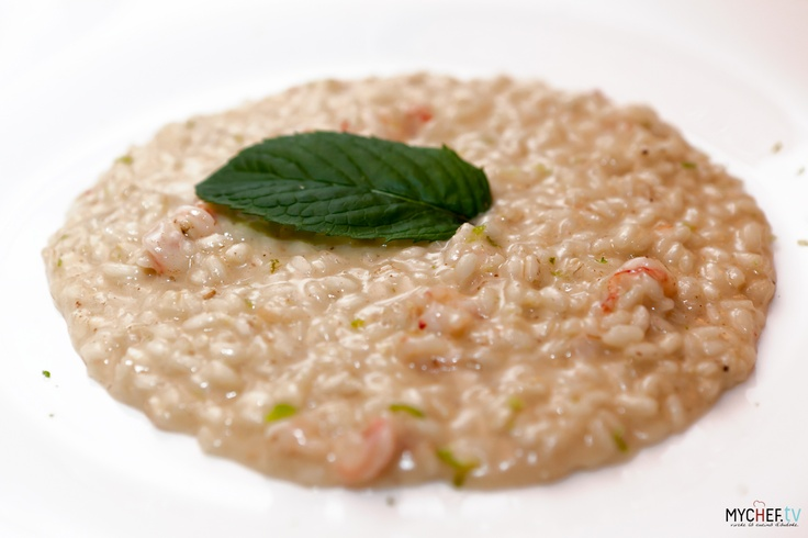 Risotto al mojito: riso sfumato con martini dry, cucinato con un fumetto di pesce leggero, infine mantecato con una noce di burro, gamberi rossi  e una grattata di lime