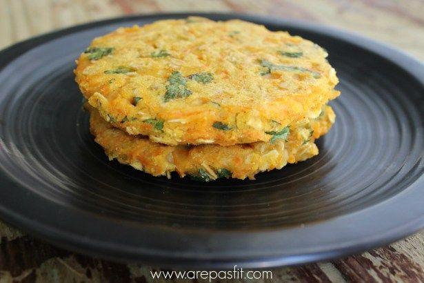 Receta de arepa saludable de zanahoria, hojuelas de avena y cilantro picadito. Solo 4 cucharadas para 2-3 arepas. Receta arepas fit de zanahoria.