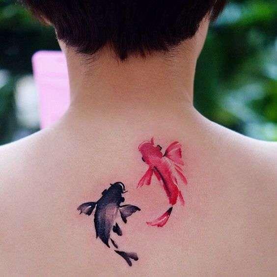 Tatuaggi giapponesi per donne - Carpe in stile giapponese come tattoo sotto il…