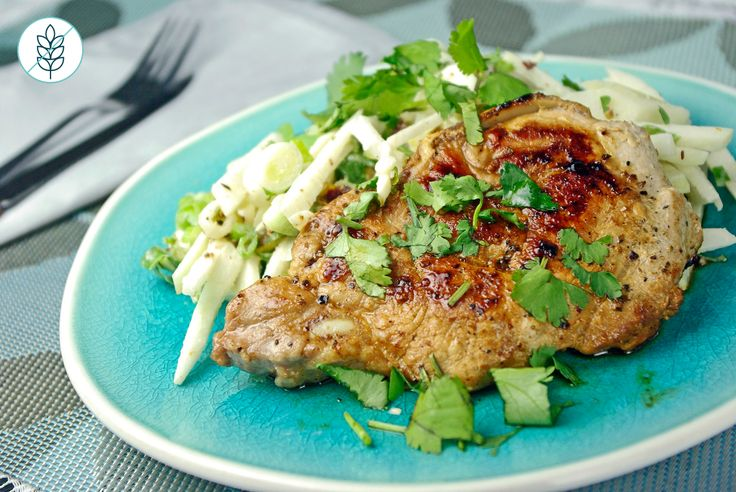 Côtelettes de Porc avec Salade de Pomme et Chou-rave Vinaigrette Tahini-Lime