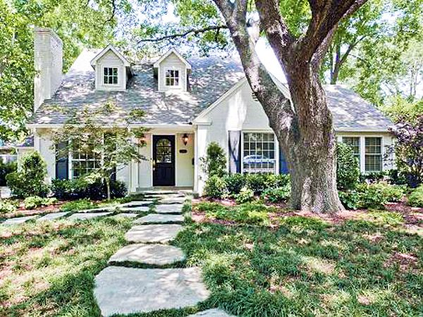Such a charming little cottage home love the stone walk for Cotage house