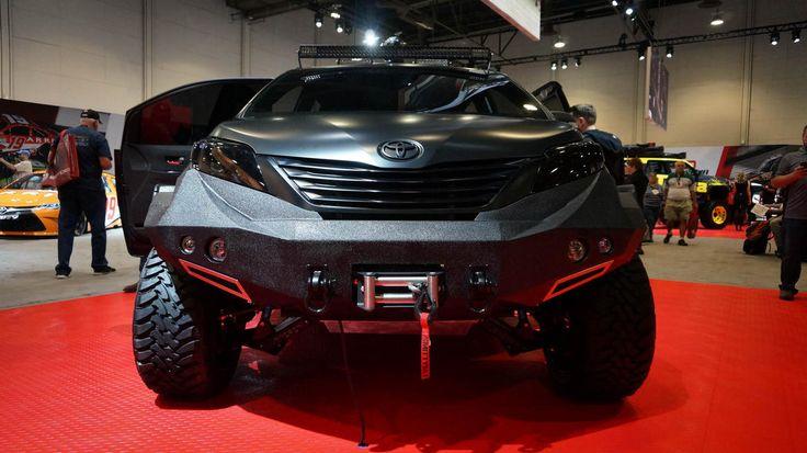 Durante la feria de autos SEMA 2015 en Las Vegas, la empresa automotriz japonesa mostró autos impulsados por hidrógeno, locas minivans y múltiples vehículos modificados.