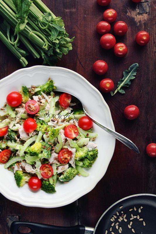 Sałatka brokułowa z kurczakiem i pomidorkami cherry