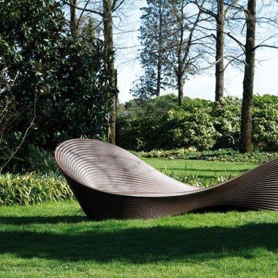 Folly bench – ławka autorstwa Rona Arada, wyprodukowana przez firmę Magis to dynamiczna forma stworzona z polietylenu, poprzez którą projektant eksploruje granice wytrzymałości materiałów przemysłowych. http://www.sztuka-krajobrazu.pl/429/slajdy/projekty-ogrodowe-ndash-lawka-jak-wstega-mobiusa