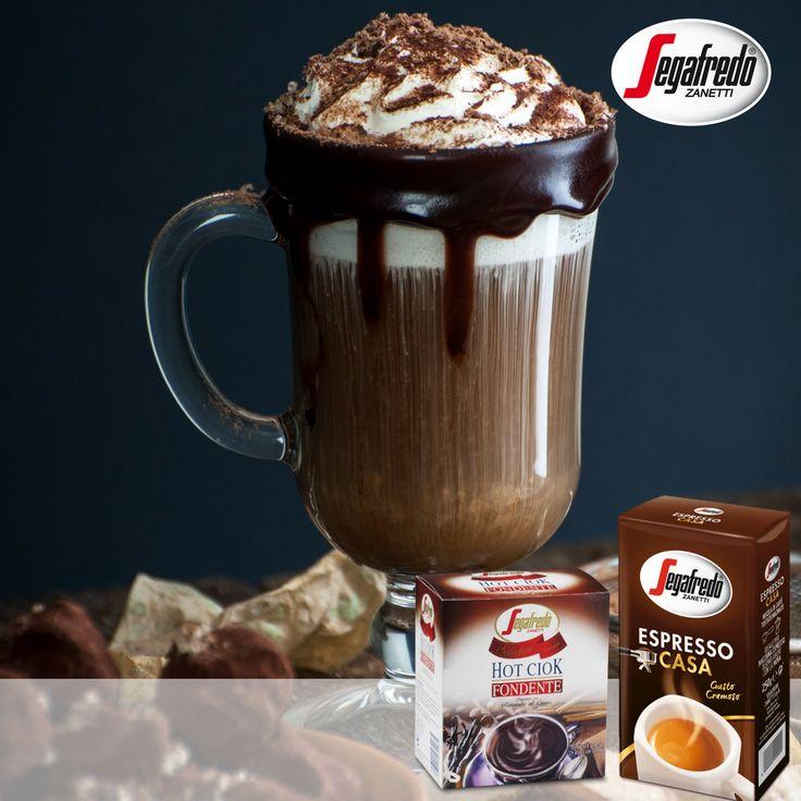 Przepis na kawę deserową? Americano mieszamy z gorącą czekoladą Hot Ciok i mleczną pianką. Wierzch dekorujemy bitą śmietaną, syropem czekoladowym i sypkim kakao. #Segafredo #HotCiok #EspressoCasa #coffee #dessert #mocha #coffeelovers