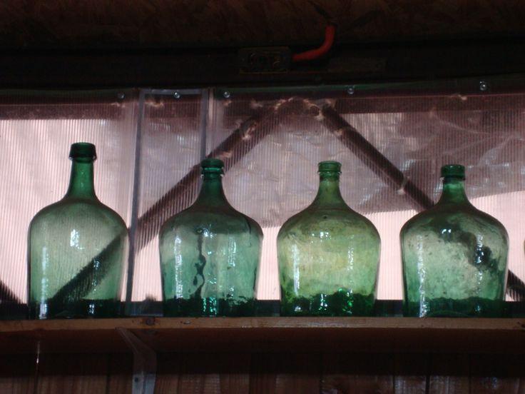 Decoración con botellas antiguas en el Mesón de la Sidra, Punucapa