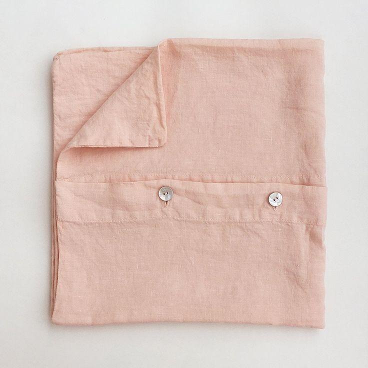 Linen pillowcase in light pink #linen #naturalmaterial #pink #bedroom #hnstly #vydravolkmer
