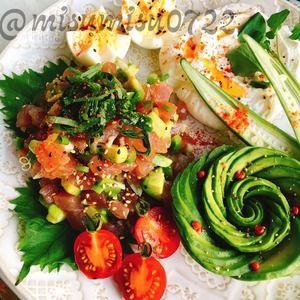 マグロとアボカドのハワイ料理「アヒポキ」 by Misuzuさん | レシピブログ - 料理ブログのレシピ満載! マグロとアボカドを梅酢、胡麻油、昆布醤油で和えたアヒポキ。  水切り塩ヨーグルト「ラブネ」とアボカドローズを添えて。