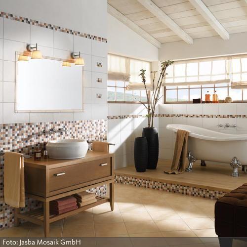 In diesem Badezimmer gestalten Mosaikfliesen in den Farben Cotto, Steingrau und Kastanienbraun ein mediterranes Flair. - mehr zum mediterranen Stil auf www.roomido.com