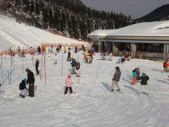 滋賀県高島市にある朽木スキー場は 初級者から中級者まで楽しめる傾斜が515度のロマンスコースコースが狭く傾斜1535度と中級者向け以上のダウンヒルコース傾斜が35度で上級者も十分満足できるチャレンジコースそしてファミリーに大人気の雪遊びやそり遊び専用のキッズゲレンデは全長60mのキッズウェイ(動く歩道)で登り坂も楽々 子供から大人まで楽しめるスキー場ですよ  tags[滋賀県]